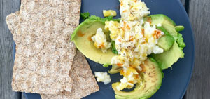 Scrambled eggs cu avocado